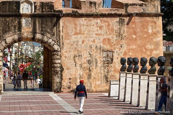 REPUBLIQUE DOMINICAINE. LA VILLE COLONIALE DE SANTO DOMINGO. SAINT DOMINGUE. PARQUE DE L INDEPENDANCE. Porte fortifiée qui garde le parc de l'Indépendance et qui abrite l'Altar de la Patria, le mausolée où reposent les restes des pères fondateurs de la Patrie : Duarte, Sanchez et Mella.