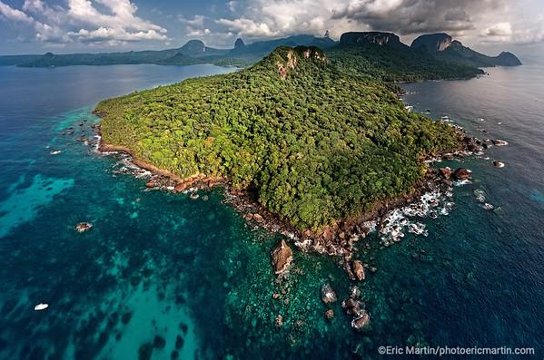 SAO TOME PRINCIPE. ILE DE PRINCIPE. LA BAIE DES AIGUILLES. BAIA DAS AGHULAS. Vue sur le Parc Naturel de Principe dont la végétation équatoriale recouvre plus de 50% de l'île et qui est considéré comme Réserve Mondiale de la Biosphère par l'UNESCO.