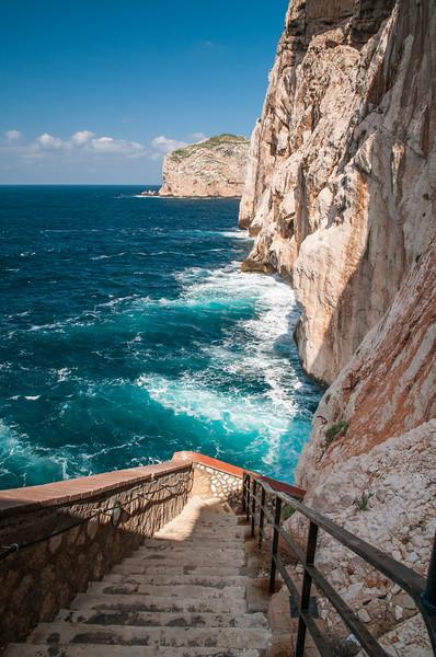 Alghero, Capo Caccia. Scalinata di 654 gradini che si snoda lungo la parete del massiccio di Capo Caccia per accedere, da terra, alle grotte di Nettuno; per la particolare conformazione è detta, in catalano, Escala del Cabirol (scala del capriolo).