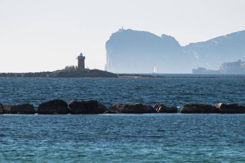 Alghero, Promontorio di Capo Caccia in lontananza visto dal lungomare della città