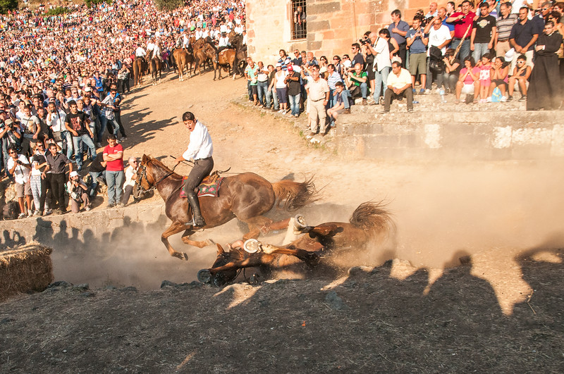 A rider falls during the race. The dangers of the Ardia are well known and throughout the years several riders have died or badly injured as a result of falls.