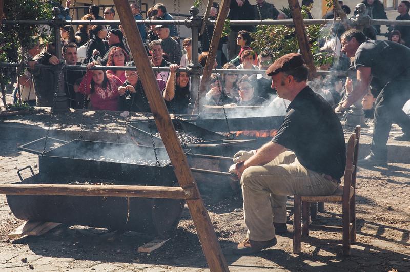 Aritzo, Italy, 25.10.2009. Cortes Apertas 2009, Aritzo: Sagra delle castagne e delle nocciole. Cottura delle castagne.