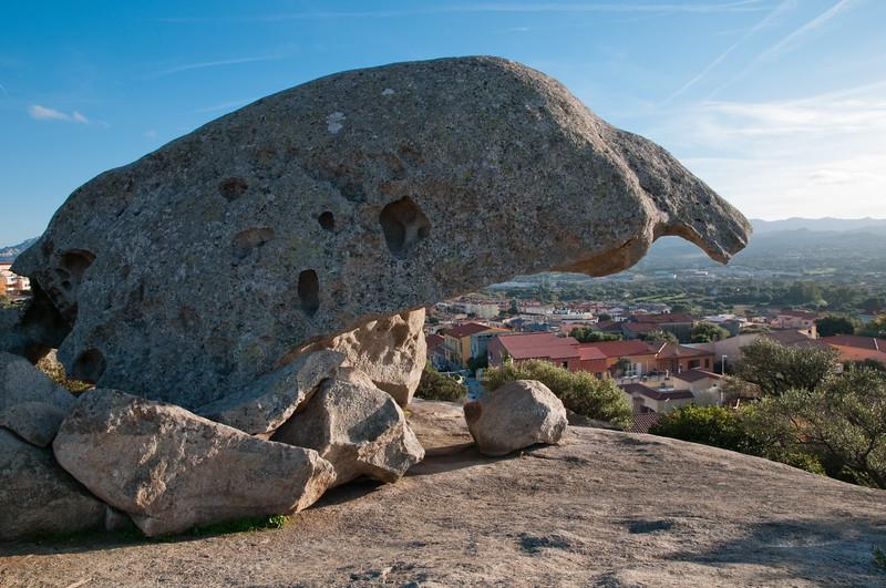 Arzachena, la roccia del fungo, monumento naturale situato proprio al centro della citta' gallurese