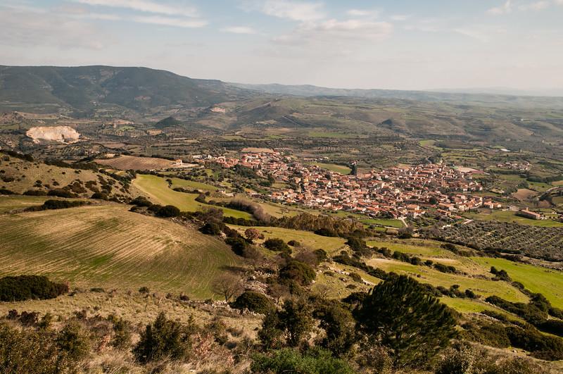 Veduta di Gesturi dall'altopiano della Giara.