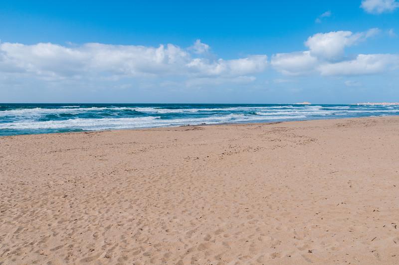 Badesi mare: la spiaggia con mare in tempesta