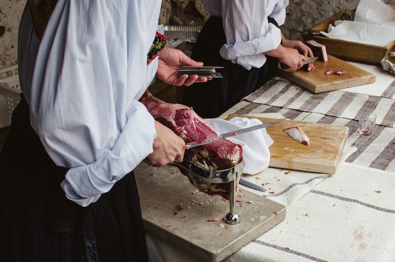 Oliena (NU), Italy, 15.09.2013. Cortes Apertas. Degustazione di salumi tipici.