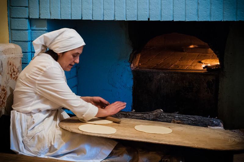 Fonni, cortes apertas: il pane preparato a mano e cotto nel forno a legna secondo la tradizione