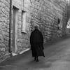 Fonni: anziana signora nel tipico abito scuro, utilizzato tradizionalmente in tutta la Sardegna come simbolo di lutto