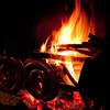Fonni, cortes apertas: i pastori preparano la salsiccia arrosto in una corte