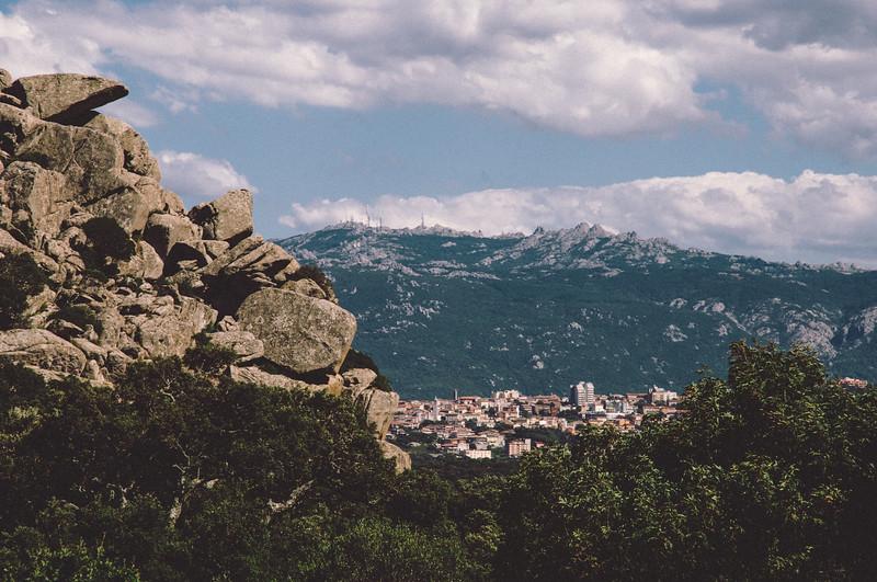 I monti di Aggius. Sullo sfondo la città di Tempio Pausania
