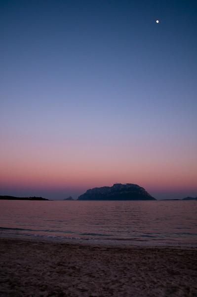 Sardinia, Italy: Porto Istana beach and Tavolara island at sunset. - Sardegna, La spiaggia di Porto Istana, nei pressi di Olbia, al tramonto. Sullo sfondo, l'isola di Tavolara.