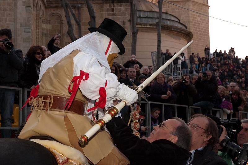 """Sardinia, Italy: Oristano, Sartiglia festival. Palio della stella horse race. The authorities acclaims the """"Su Componidori"""" after he took the star. Le autorita' salutano Su Componidori dopo aver preso la stella."""