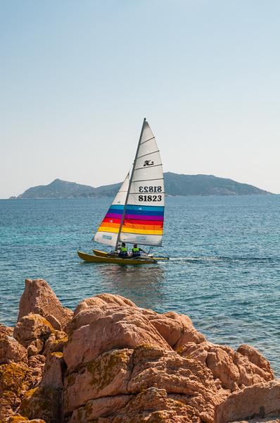 Barca a vela naviga nelle acque dell'Isola di Tavolara