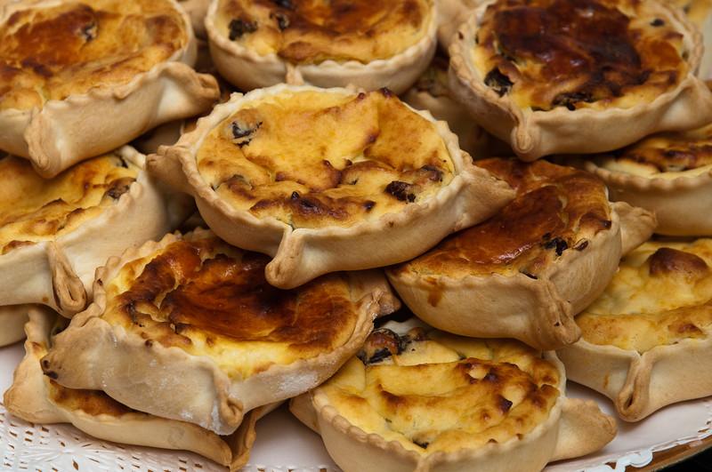 Dolci tipici sardi fatti in casa: casadinas, fatte con ripieno di ricotta o formaggio e uva passa.