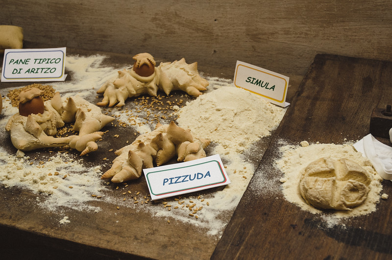 Aritzo, Italy, 25.10.2009. Cortes Apertas 2009, Aritzo: Sagra delle castagne e delle nocciole. Pane fatto a mano.