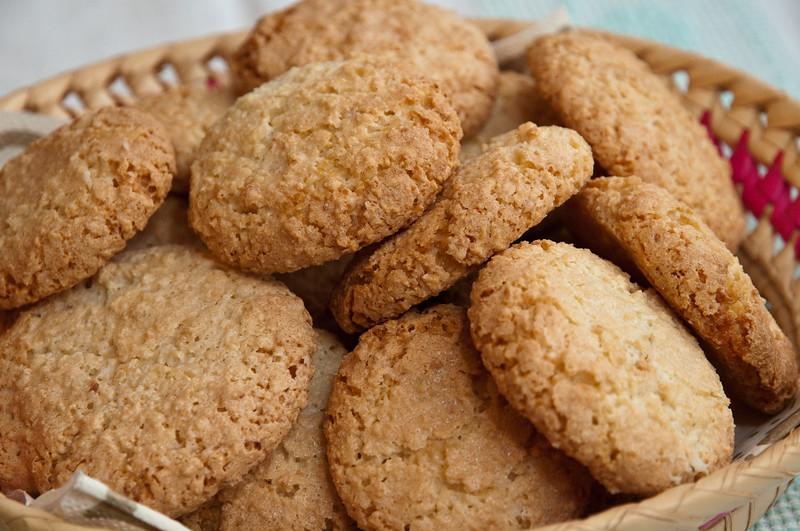 Dolci tipici sardi fatti in casa: gli amaretti, preparati con un mix di mandorle dolci e amare.