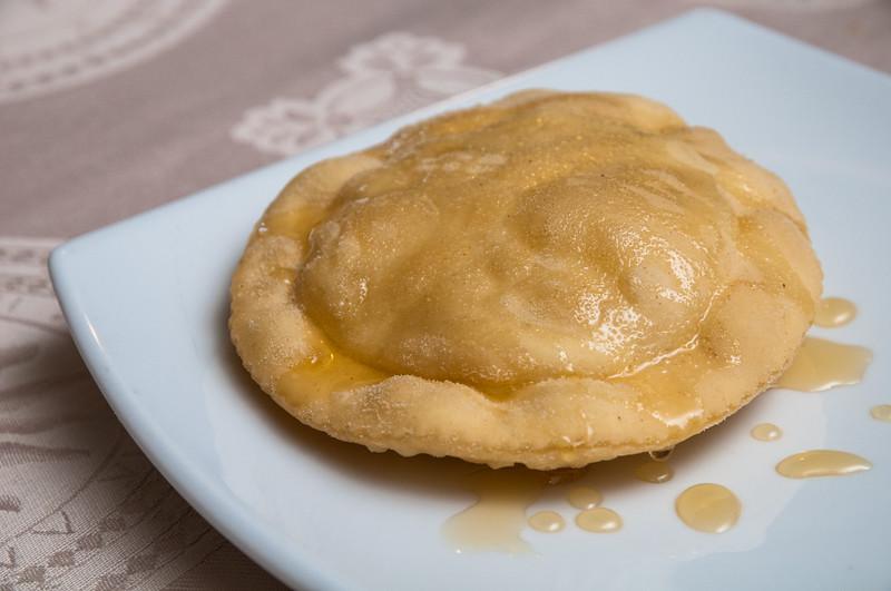 Cucina sarda: le seadas, dolce tipico della tradizione ripieno di formaggio e ricoperto poi col miele.