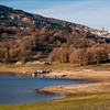 Veduta del Lago di Gusana in Autunno. Sullo sfondo, il paese di Gavoi.