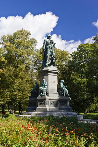 SWEDEN-STOCKHOLM-HUMLEGARDEN-Carl von Linné STATUE
