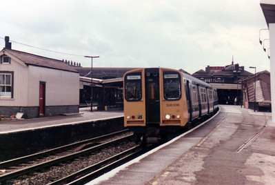508036 pauses at Clapham Junction  21/09/84.