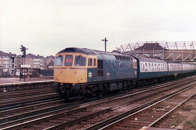 33010 passes Clapham Junction   21/09/84.