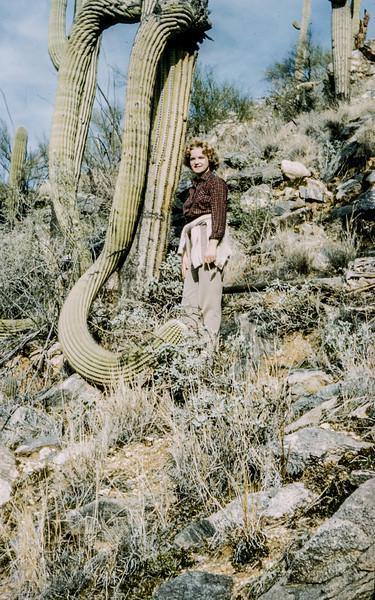 1962-05 Evelyn Baral in desert