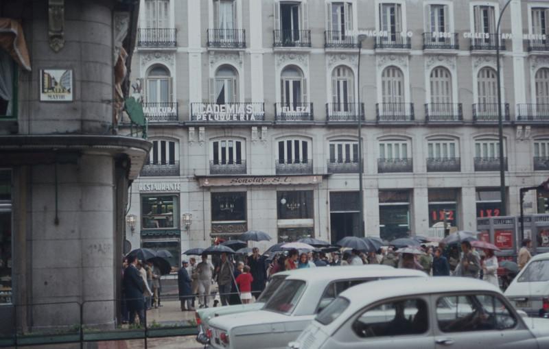 1972-09 Madrid street scene - 3