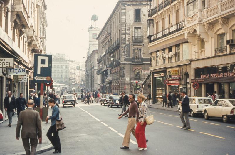 1972-09 Madrid street scene - 6
