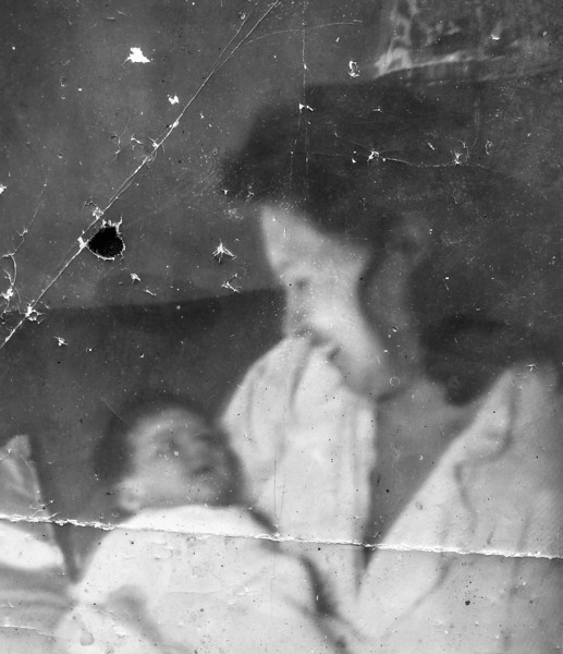 Sort ID: 1942-A04 Image ID: C486.   est Date: 1942.   Photo content: Mother and Margaret shortly after Margaret's birth. See related photo C214.