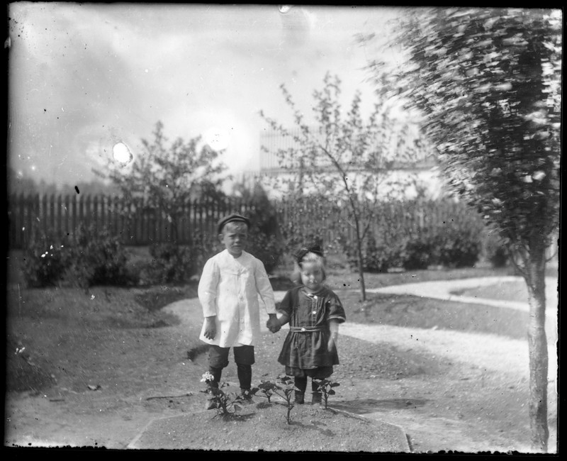 Glass negative, scanned from modern contact print.