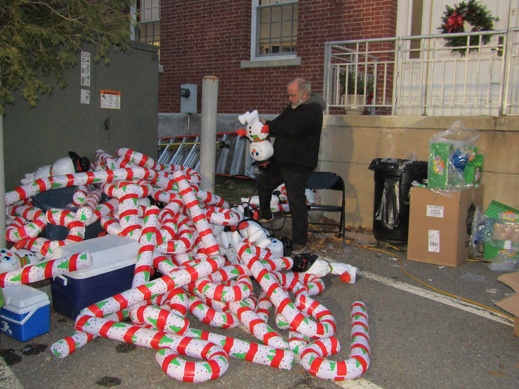 . A volunteer filed holiday-theme balloons. Photo by Mary Leach