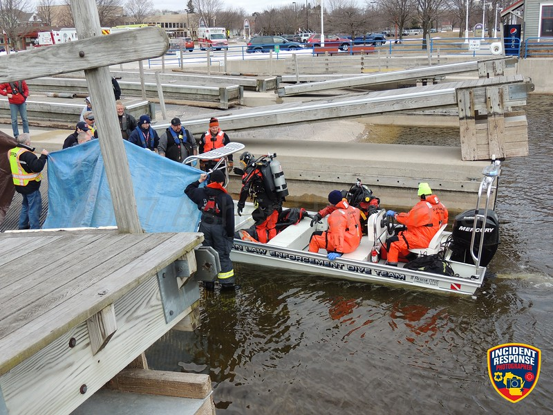 The Sheboygan County Dive Team recovered a body from the Sheboygan River in Sheboygan, Wisconsin on Sunday, March 19, 2017. Photo by Asher Heimermann/Incident Response.