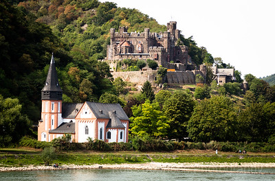 5D321509 Sailing thru the UNESCO protected Rhine Gorge
