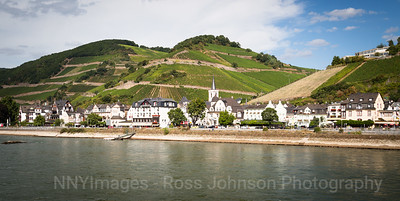 5D321502 Sailing thru the UNESCO protected Rhine Gorge