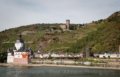 5D321536 Sailing thru the UNESCO protected Rhine Gorge