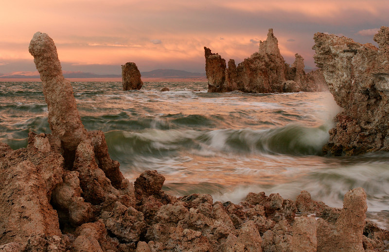 Waves and Tufas, Mono Lake<br /> (California, 2005)