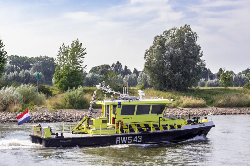 "RWS-43, patrouillevaartuig Rijkswaterstaat <a href=""https://www.binnenvaart.eu/dienstvaartuig/12255-rws-43.html"" target=""_blank"">info</a>"
