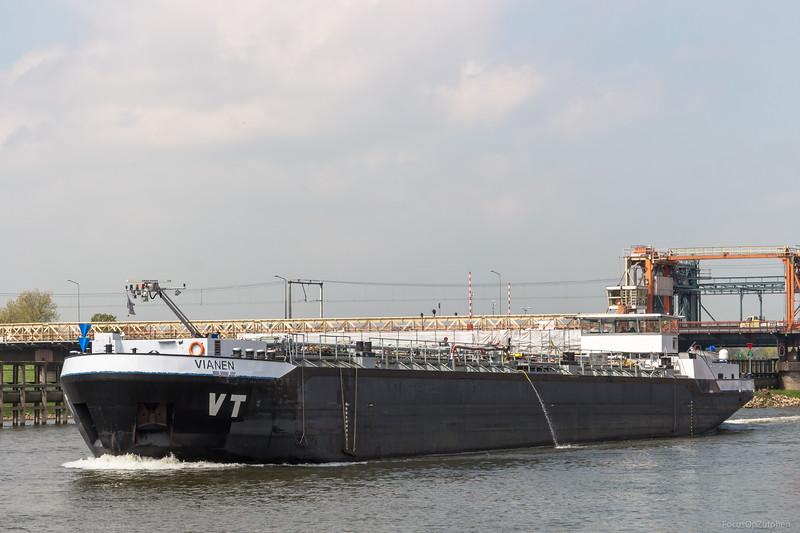 """Vianen, tankschip 02328534 <a href=""""https://www.binnenvaart.eu/motortankschip/10657-julia-sara.html"""" target=""""blank"""">info</a>"""