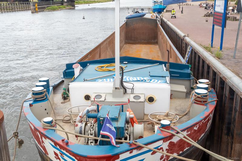 "Zuideinde, vrachtschip 02315307 <a href=""https://www.binnenvaart.eu/onbekend/19029-theodela.html"" target=""_blank"">info</a>"