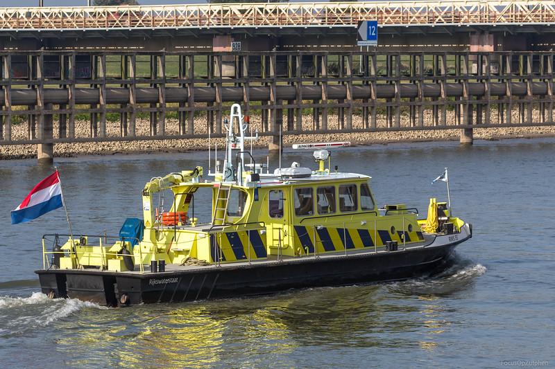 "RWS-33, dienstvaartuig Rijkswaterstaat <a href=""https://www.binnenvaart.eu/dienstvaartuig/21655-rhd-33.html"" target=""blank"">info</a>"