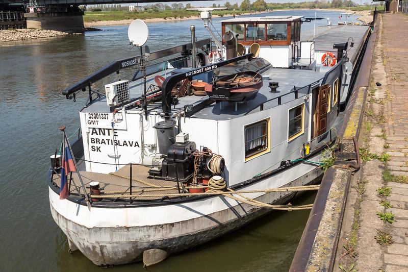 """Ante, vrachtschip 33001337 <a href=""""https://www.binnenvaart.eu/onbekend/29181-j-c-arntz.html"""" target=""""blank"""">info</a>"""