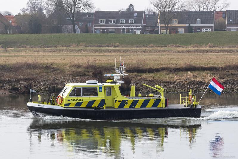 "RWS-39, dienstvaartuig 03900075 <a href=""https://www.binnenvaart.eu/dienstvaartuig/19952-rws-39.html"" target=""blank"">info</a>"