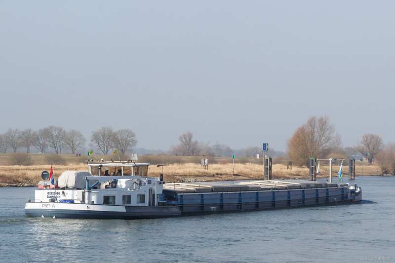 """Diena, vrachtschip 02323840 <a href=""""https://www.binnenvaart.eu/onbekend/18114-ro-de-le-w.html"""" target=""""blank"""">info</a>"""