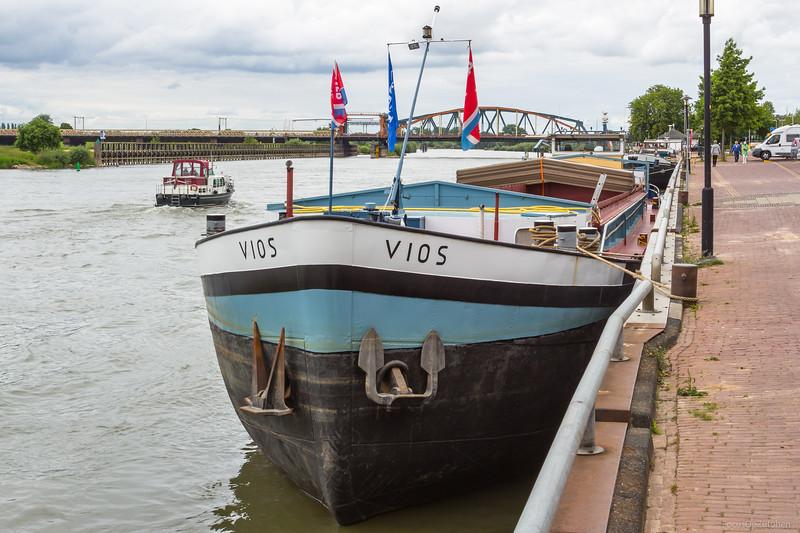 "Vios, vrachtschip 02315427 <a href=""https://www.binnenvaart.eu/onbekend/9956-vios.html"" target=""_blank"">info</a>"