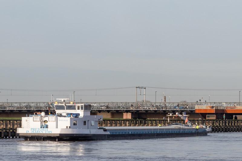 "Pretoria, vrachtschip 04805600 <a href=""https://www.binnenvaart.eu/onbekend/20460-wengen.html"" target=""_blank"">info</a>"