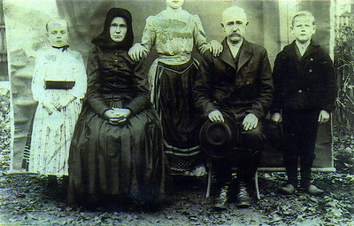 The Klingensteins: Anna Maria (my great-grandmother) is on the left.