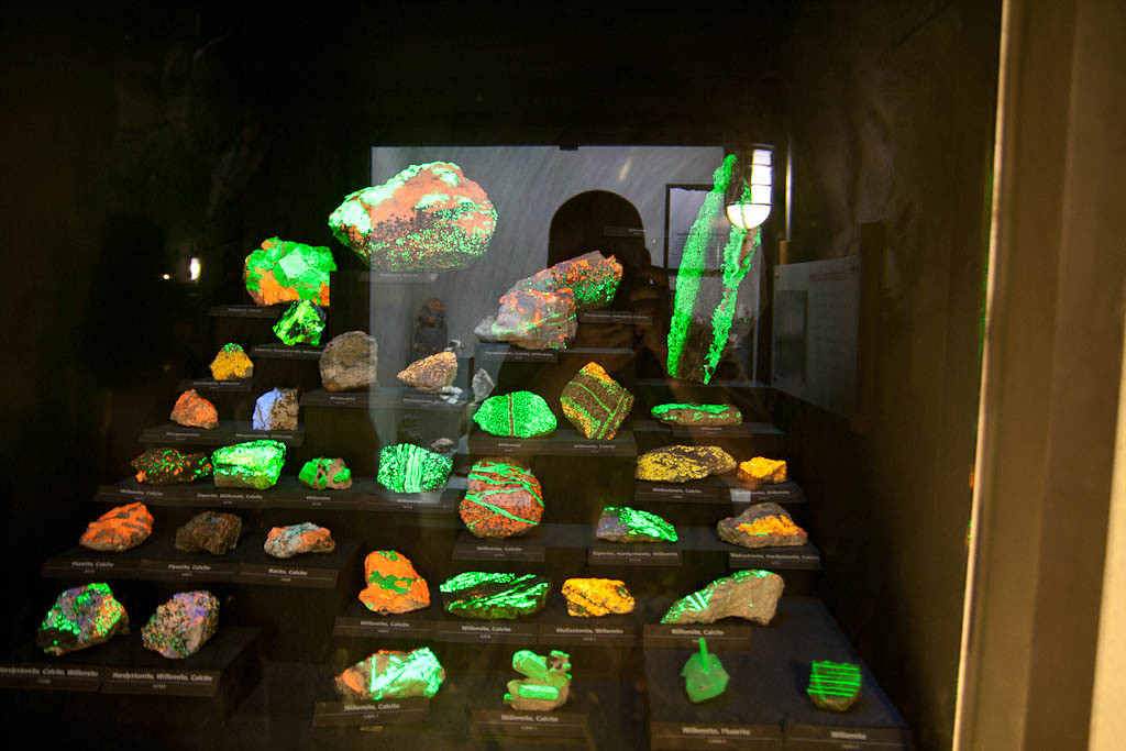 Florescent rocks - Smithsonian Museum of Natural History