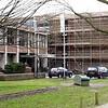 28 februari - Bij de ingang is de nieuwe buitengevel inmiddels opgetrokken tot aan het dak.
