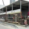 15 maart - de buitenmuur van de nieuwe gymzaal wordt gemetseld.