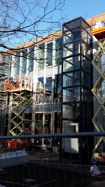 27 februari - zicht op de binnenplaats. Tussen de hoge glazen worden aluminiumstrips geplaatst.